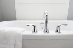 Hartes Wasser macht sich unter anderem mit Kalkflecken auf Fliesen und Armaturen bemerkbar.