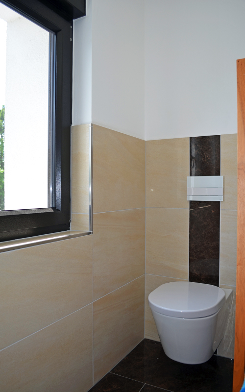 Gäste-WC mit modernem Hänge-WC