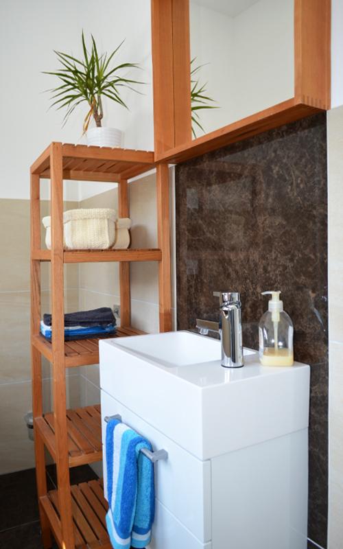 Gäste-WC mit modernem Waschtisch hängendem Unterbauschrank