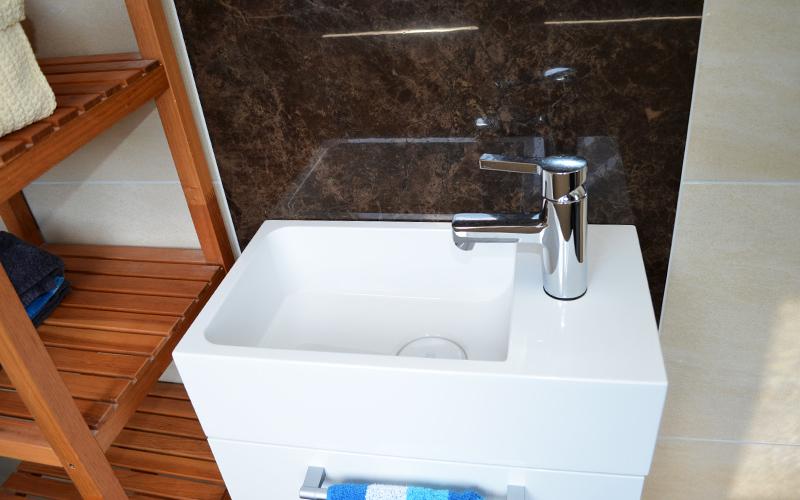 Der Waschtisch des Gäste-WC im Detail