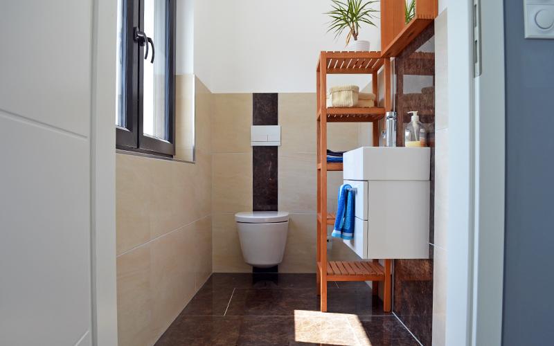 Modernes Gäste-WC mit Hänge-WC und Unterputzspülkasten